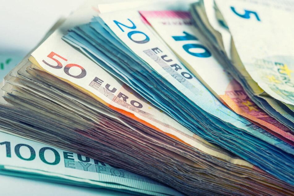 """Rentner übergibt falscher Polizistin 40.000 Euro, damit seine """"Angehörigen"""" aus dem Knast kommen"""