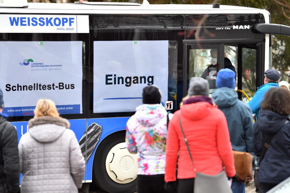 Ein sogenannter Schnelltest-Bus steht auf einem Supermarkt-Parkplatz in Oberhof. Ab dem heutigen Dienstag werden die Busse auch im Landkreis Greiz unterwegs sein.