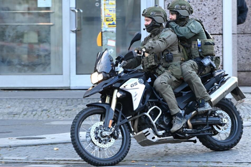 """Einsatzkräfte der Polizei kommen mit dem Motorrad zu einem Einsatz am """"Forum Köpenick""""."""