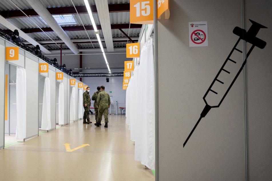 Berlin: Bundeswehrsoldaten stehen im Impfzentrum im Terminal C des ehemaligen Flughafens Tegel.