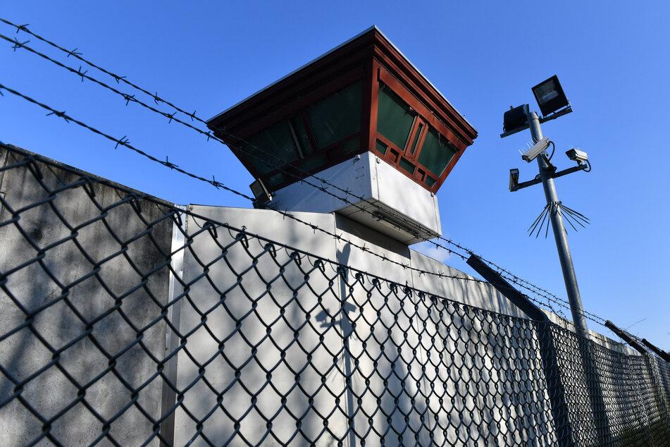 Blick auf eine JVA: Das Justizministerium hat nach dem Hungertod eines Häftlings (67) im Justizkrankenhaus einen Erlass zum Sterbefasten an alle Gefängnisse in NRW gerichtet.