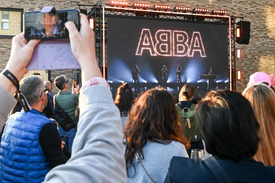 Beim Abba-Event in Berlin wird vor Fans ein neues Album und eine Hologramm-Show der Band angekündigt.