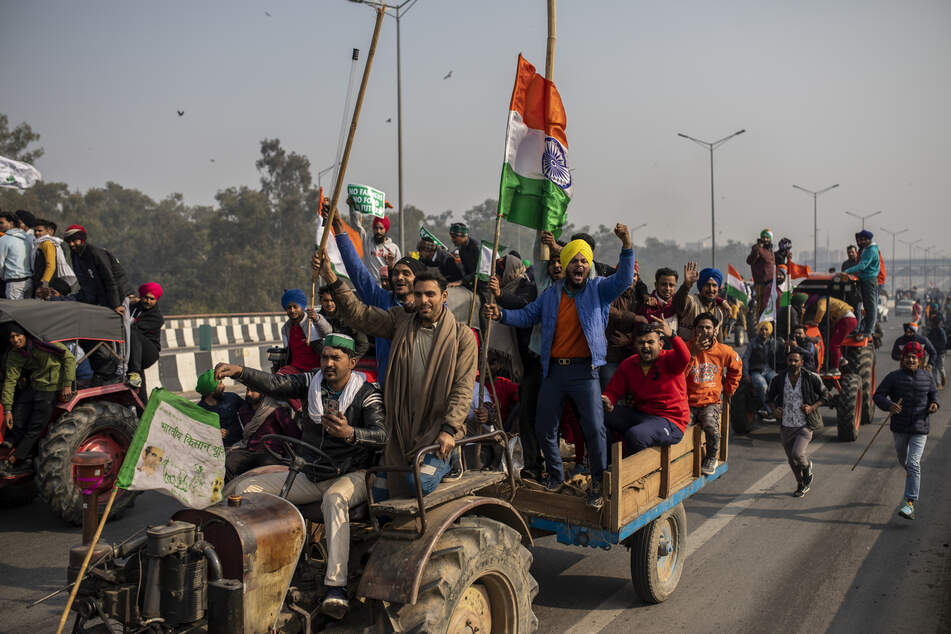 Neu-Delhi: Indische Landwirte versammeln sich auf Traktoren zu einem Protest gegen neue Landwirtschaftsgesetze.