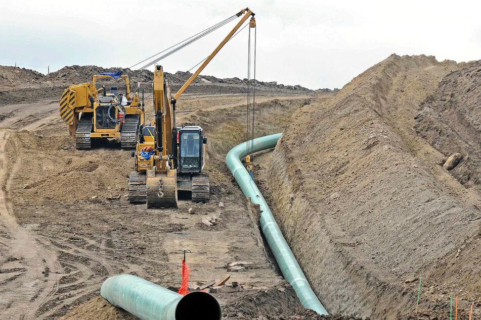 wei Baumaschinen stehen an einer Baustelle in St. Anthony, an der Teile der Pipeline Dakota Access zum Verlegen bereitliegen.