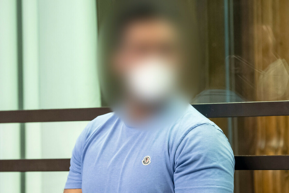 Arafat Abou-Chaker steht in einem Gerichtssaal im Kriminalgericht Moabit.