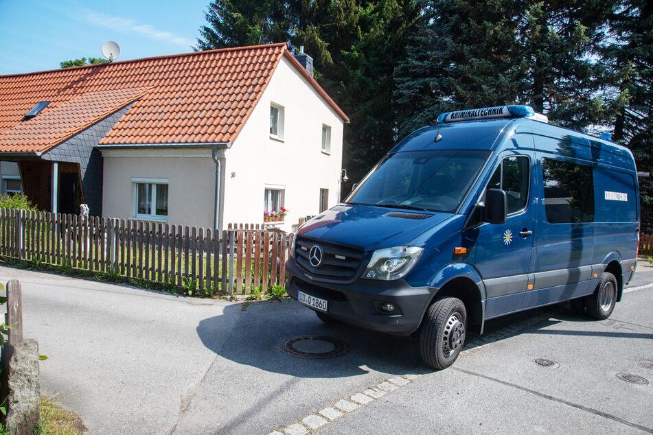 Der Ort des Geschehens: Der Mittelweg in Großhartau. Ein Auto der Kriminalpolizei parkt auf der Straße.