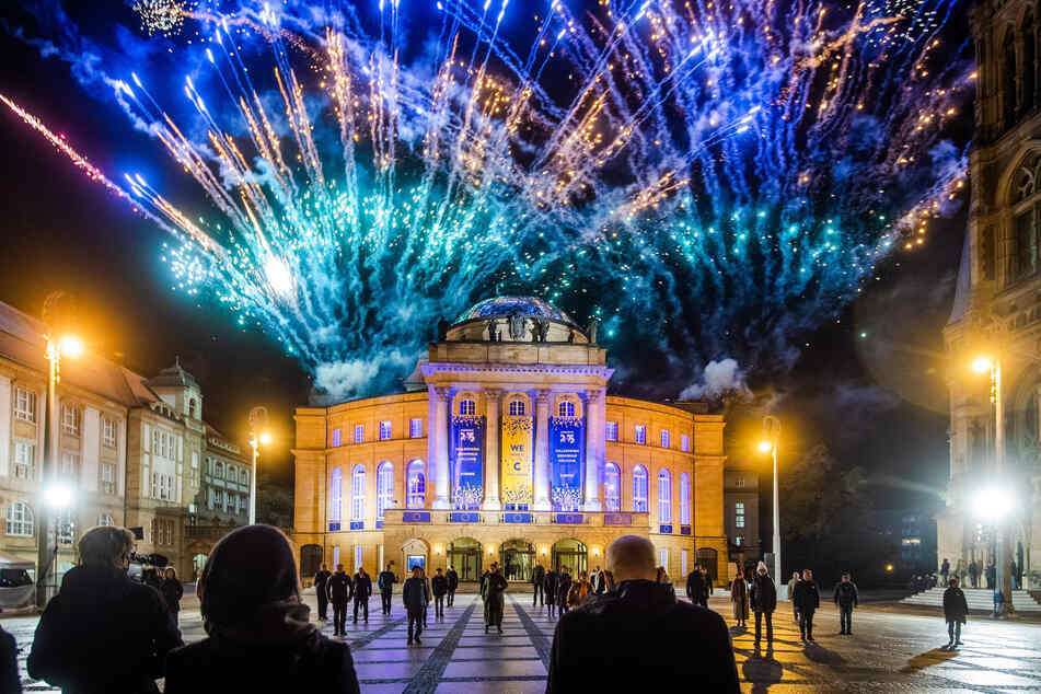 In Chemnitz wurde der Titelgewinn am Mittwochabend auf dem Theaterplatz noch mit einem Feuerwerk gefeiert.