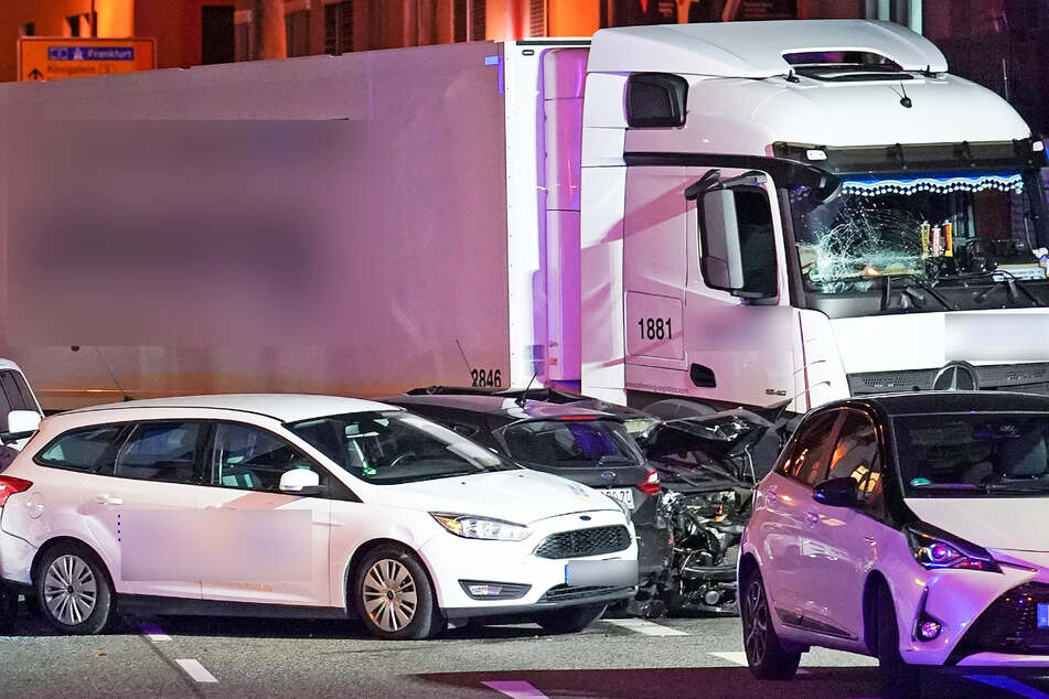 Im Oktober 2019 war ein Lastwagen in Limburg an einer Kreuzung in mehrere stehende Autos gefahren.