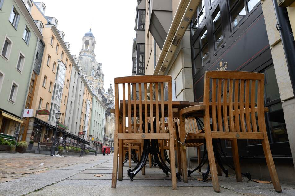 Leere Tische und Stühle stehen vor geschlossenen Lokalen auf der Münzgasse. Sachsen erwägt erste Corona-Lockerungen im aktuellen Lockdown ab dem 15. Februar 2021.