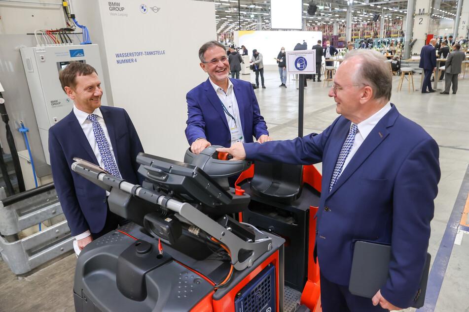 Die Ministerpräsidenten von Sachsen und Sachsen-Anhalt, Michael Kretschmer (46, l.) und Reiner Haseloff (67, r.) unterhalten sich mit dem Leiter des BMW-Werks, Hans-Peter Kemser.
