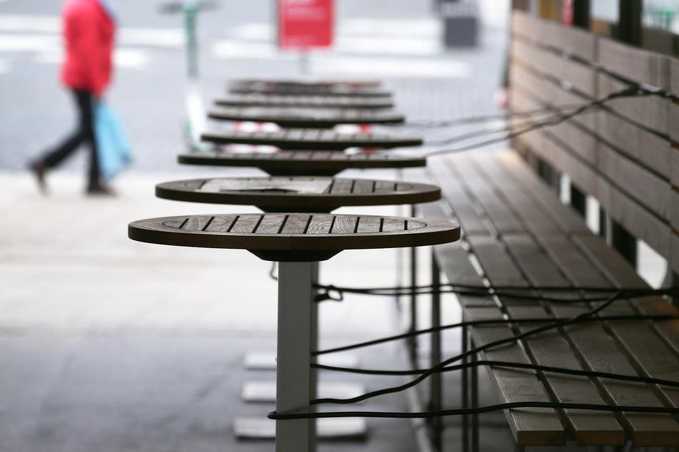 Mit Stahlschnüren gesichert sind die Tische eines wegen der Maßnahmen um das Coronavirus geschlossenen Restaurants.