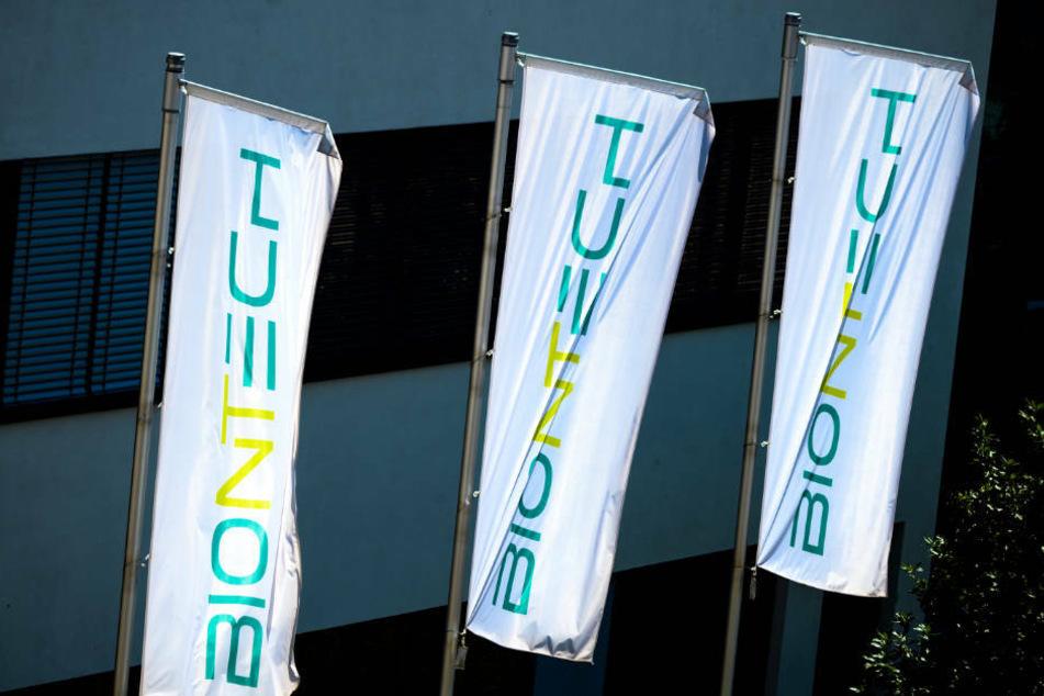 Fahnen vor der Biontech-Unternehmenszentrale in Mainz.