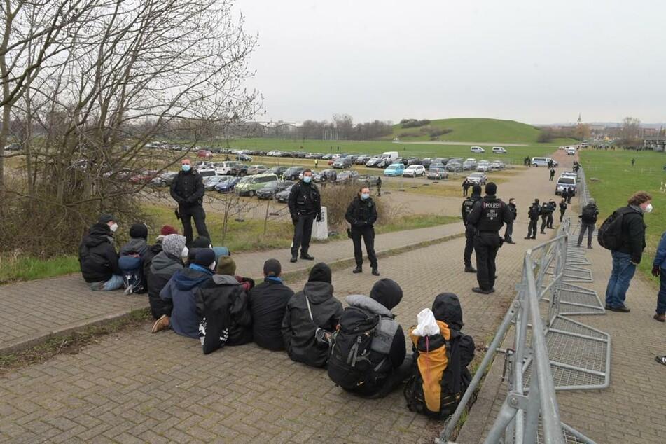 Gegendemontranten blockieren am Samstagmorgen einen Parkplatz zur Messe Dresden.