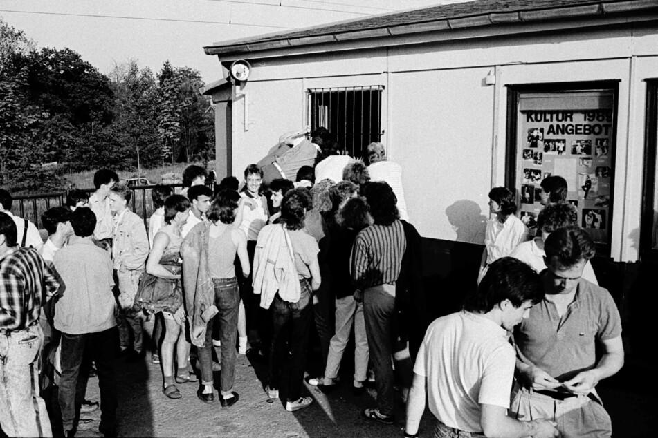 Können es kaum erwarten: Jugendliche drängen in den beliebten Jugendclub, am 19. Mai 1989.