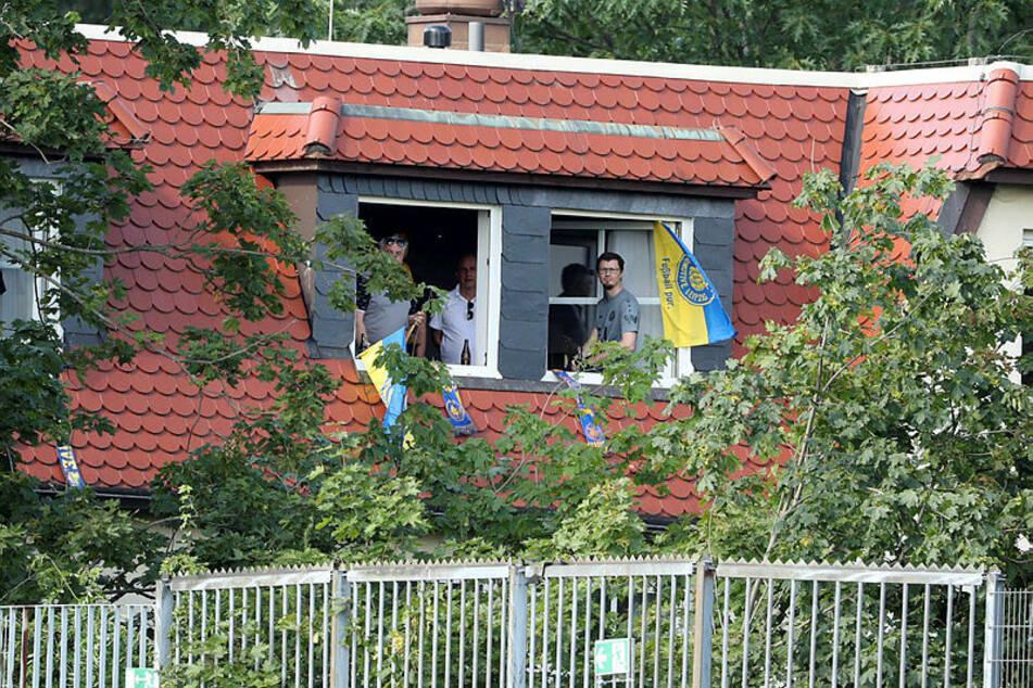 Relativ gute Sicht aus einem benachbarten Gebäude des Bruno-Plache-Stadions hatten diese Lok-Fans.