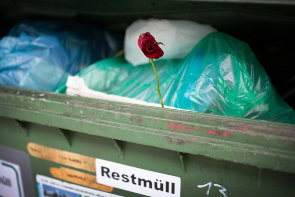 Belasteter Abfall gehört in die Restmülltonne.