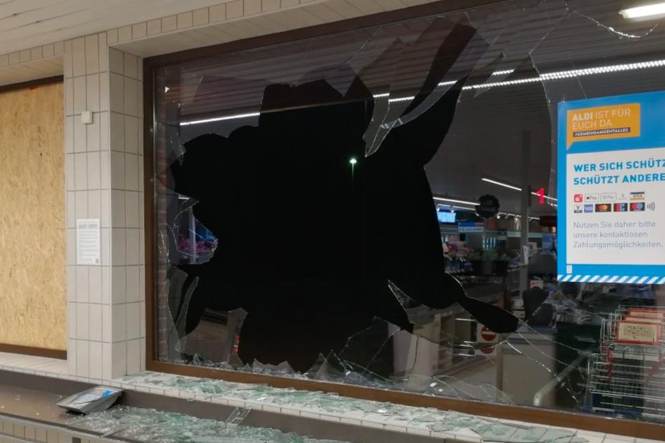 Das Schaufenster des Discounters ist völlig zerstört.