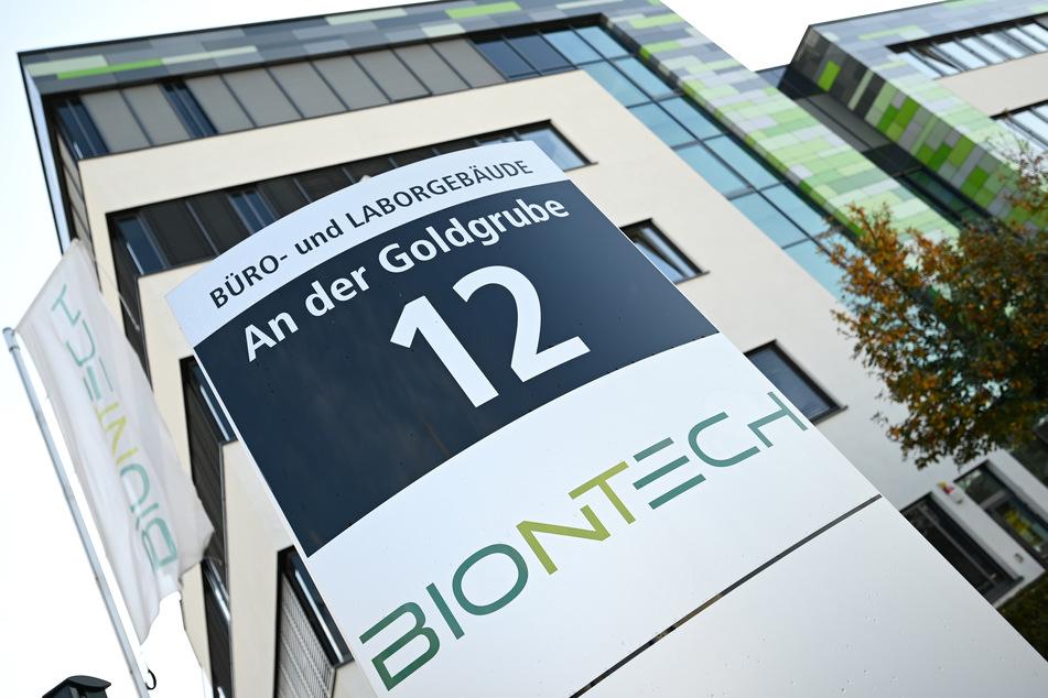"""Das Logo des Biotechnologie-Unternehmens """"BioNTech"""" ist an einer Stele vor der Unternehmenszentrale angebracht."""