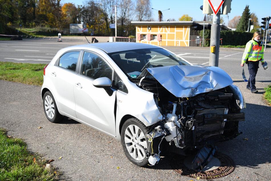 Auffahr-Unfall auf Kreuzung: Zwei Menschen schwer verletzt