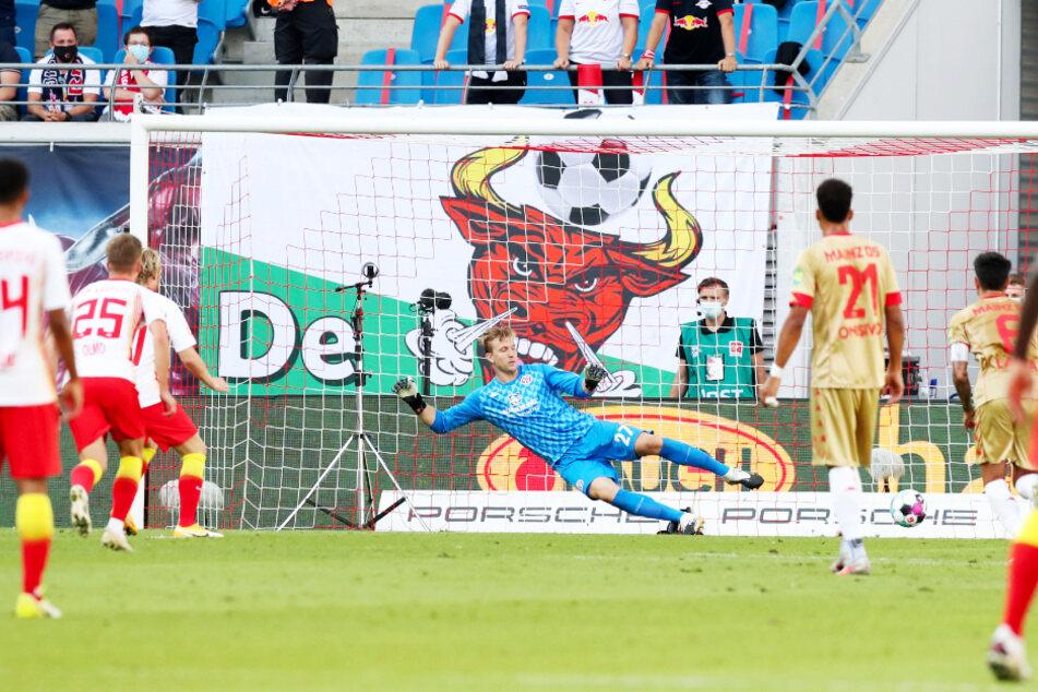 Emil Forsberg (3.v.l.) brachte RB Leipzig mit diesem Strafstoß in Führung. M05-Keeper Robin Zentner (3.v.r.) sprang in die falsche Ecke.
