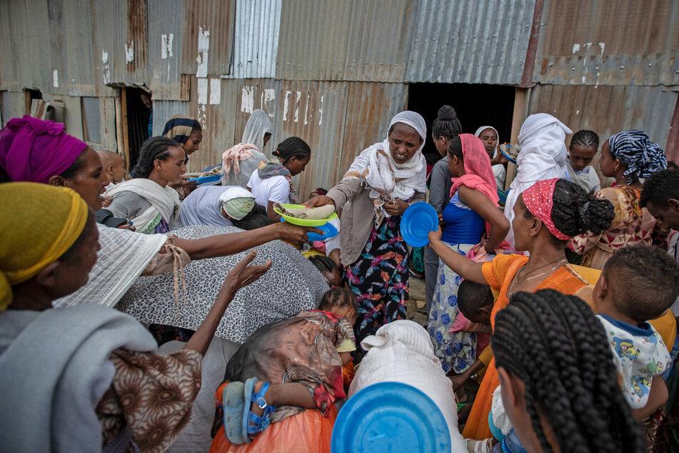 Vertriebene aus der Region Tigray im Norden Äthiopiens stehen im Mai 2021 Schlange, um von Anwohnern gespendete Lebensmittel zu erhalten.