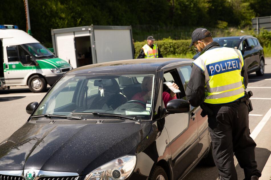 Beamte der Bundespolizei kontrollieren Fahrzeuge aus Dänemark an der deutsch-dänischen Grenze bei Flensburg.