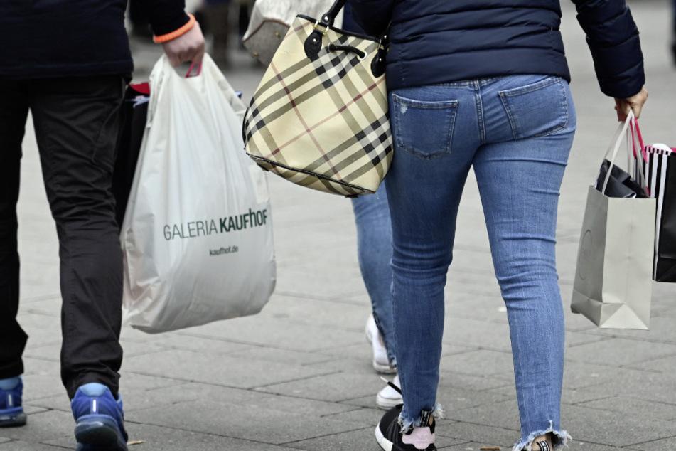 Köln: Menschen tragen in der Einkaufsstraße Schildergasse Taschen und Tüten. (Archivbild)