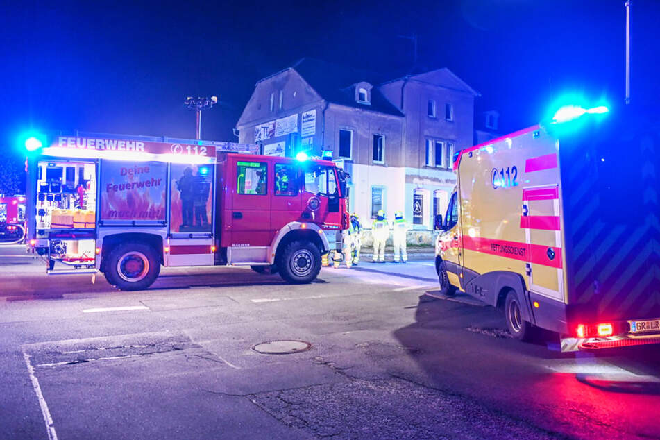 Hausbrand mutwillig gelegt? Feuerwehr muss mitten in der Nacht löschen