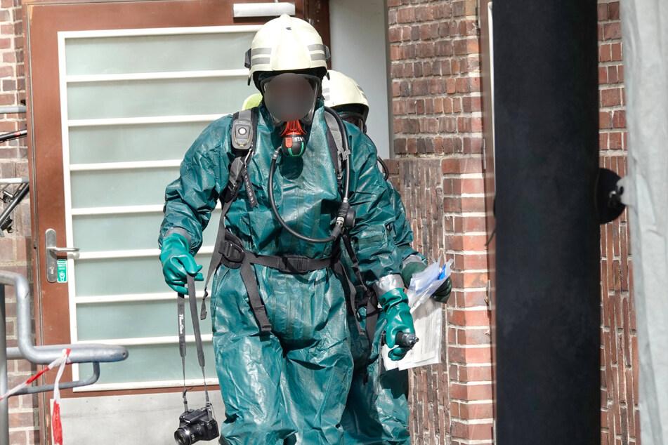 Die Feuerwehr musste das Gebäude mit Schutzanzügen betreten.