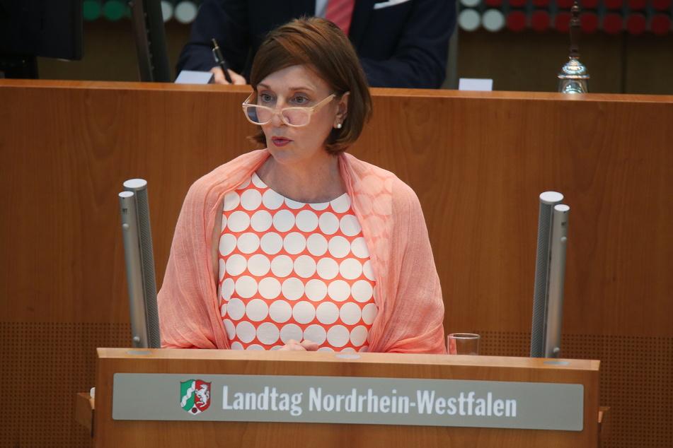 NRW-Schulministerin Yvonne Gebauer (FDP) spricht sich dafür aus, die Maskenpflicht im Unterricht trotz sinkender Fallzahlen beizubehalten.