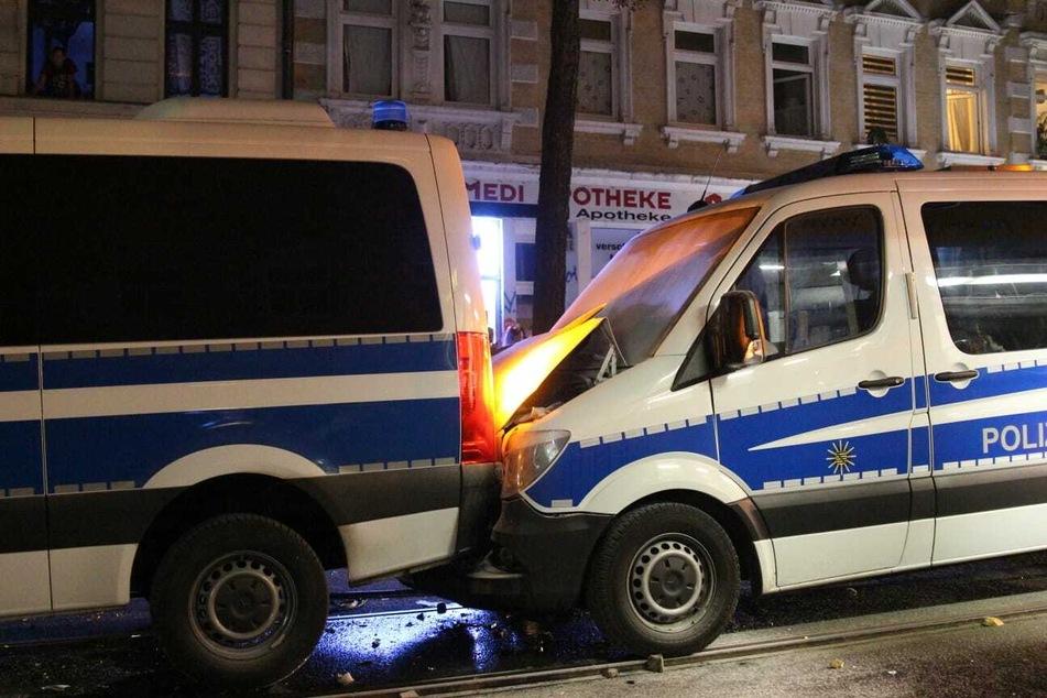 Während der Ausschreitungen kam es zu einem Auffahrunfall zwischen zwei Einsatzwagen. Laut Polizei soll der heftige Steinbewurf die Ursache dafür gewesen sein.