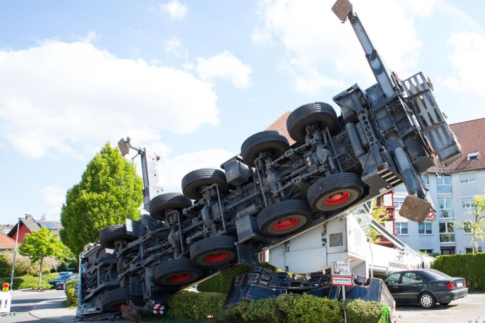 60-Tonnen-Kran kippt um und stürzt fast auf Mehrfamilienhaus