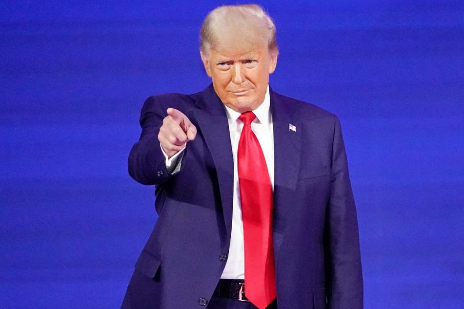 Eine Statue des ehemaligen US-Präsidenten Donald Trump (74) wurde als Wurfgeschoss benutzt.