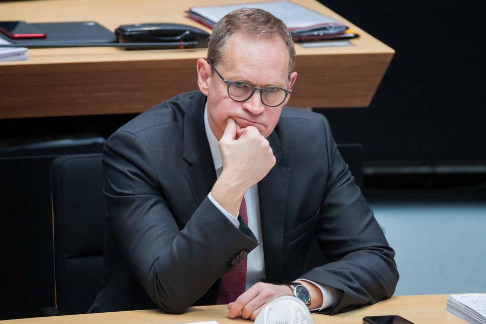 Ein nachdenklicher Michael Müller (56, SPD) sitzt bei einer Plenarsitzung des Berliner Abgeordnetenhauses auf der Regierungsbank. Am Samstag berät der Senat über das weitere Vorgehen in der Corona-Pandemie.