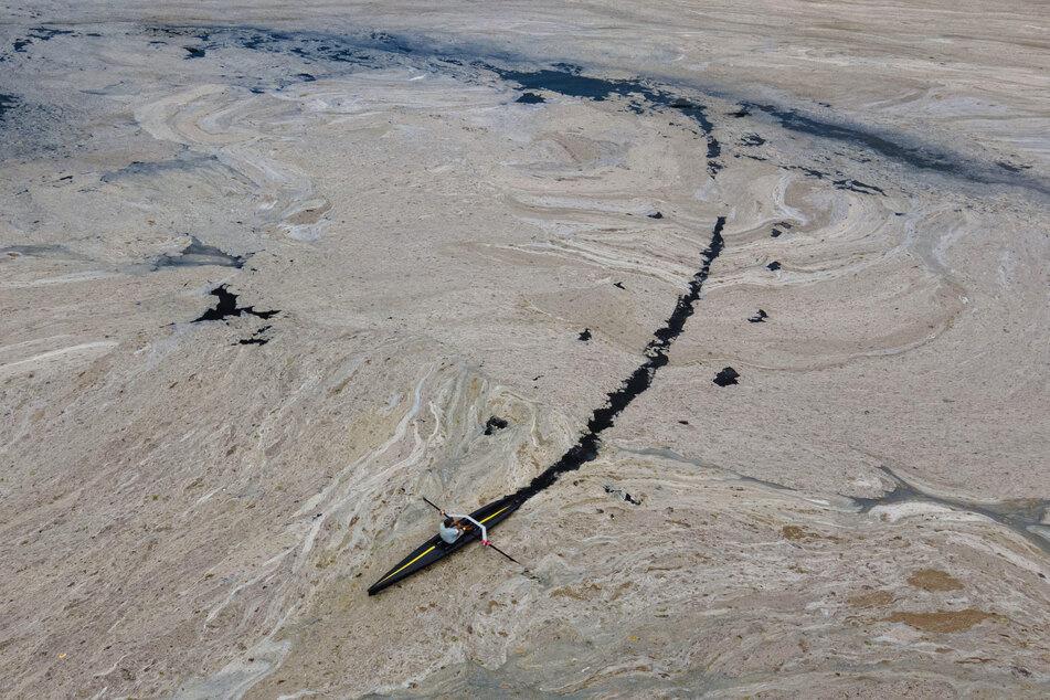 Der Schleim im Marmarameer besteht aus einer dicken Substanz, die von Meeresorganismen freigesetzt wird.