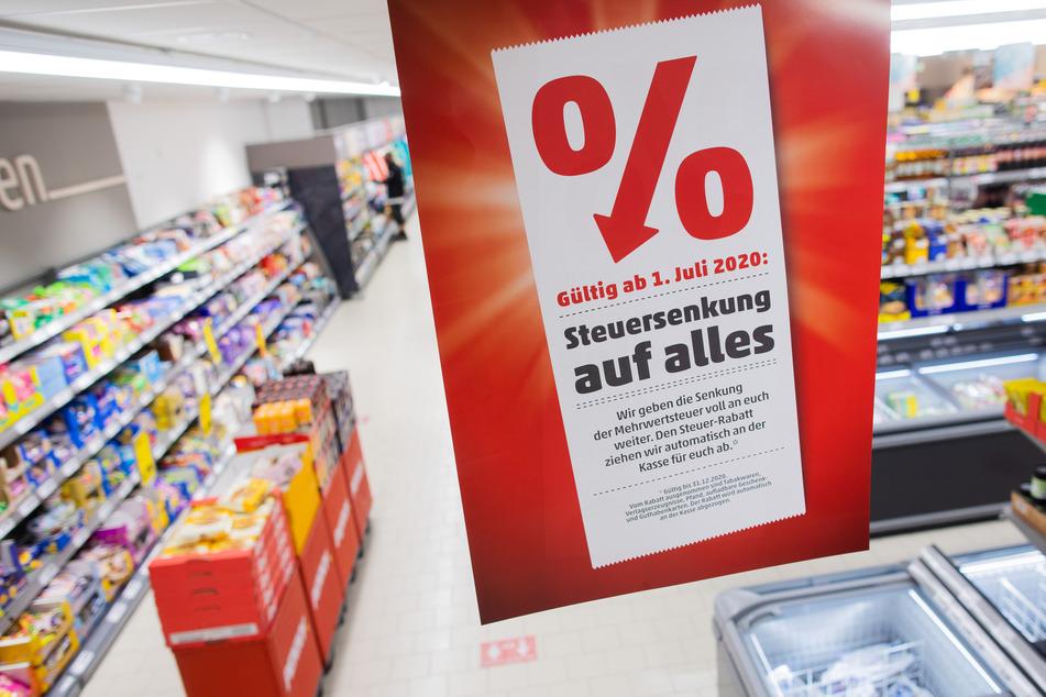 Beim Einkaufen fallen die Preise durch die Mehrwertsteuer-Senkung. Damit will die Bundesregierung den Konsum nach der Corona-Krise wieder ankurbeln.