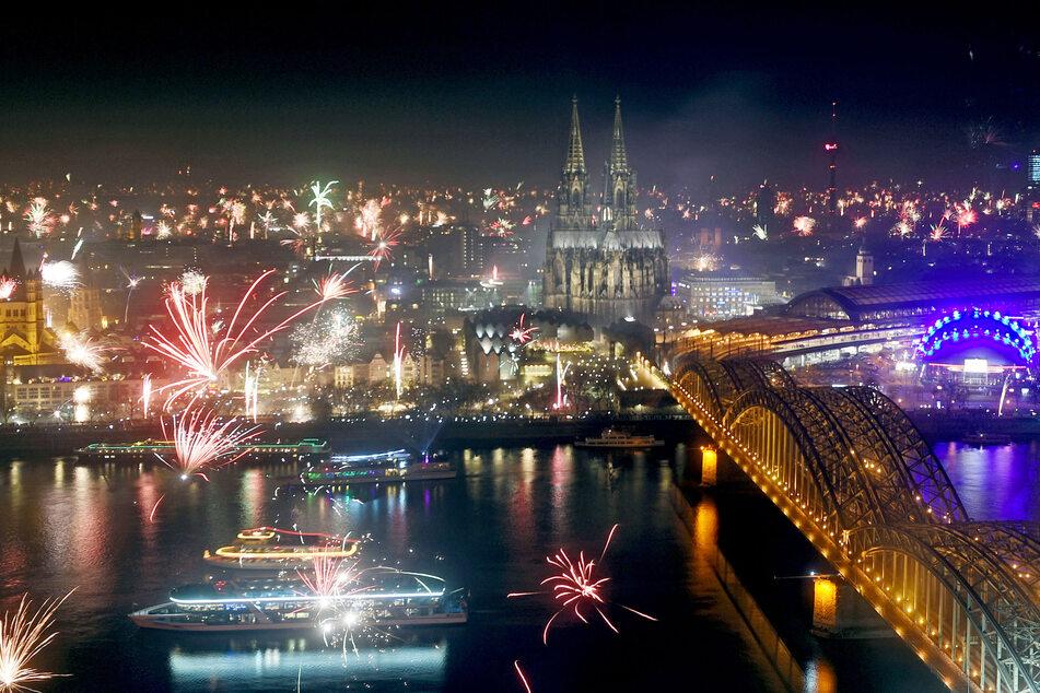 Wegen der Corona-Pandemie dürfen in NRW an Silvester voraussichtlich keine großen Feuerwerke gezündelt werden. (Symbolbild)