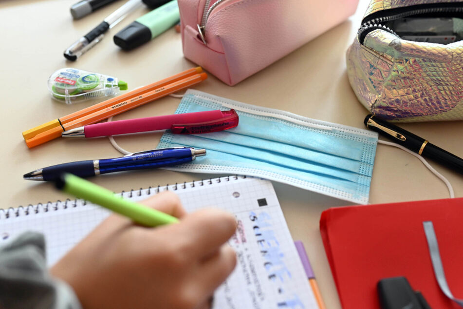 Unterricht im Klassenraum fällt für viele Kinder aktuell aus. (Symbolbild)