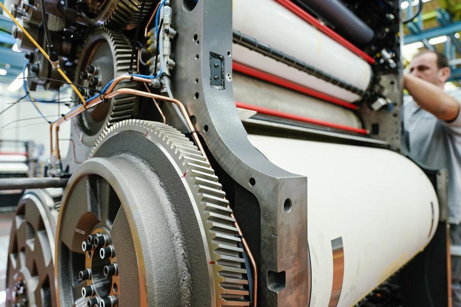 Ein Mitarbeiter montiert in einer Werkshalle am Stammsitz der Heidelberger Druckmaschinen AG ein Druckwerk vom Typ Speedmaster CX 102.