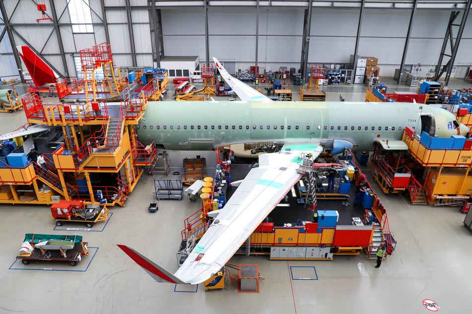 Airbus-Beschäftigte arbeiten im Werk in Finkenwerder in der Endmontage für die Airbus A320-Familie. Die Corona-Krise und der geplante Abbau von rund 15.000 Jobs haben den Luftfahrt- und Rüstungskonzern Airbus im dritten Quartal tief in die roten Zahlen gerissen.