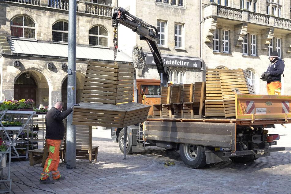 Auch die Bänke am Markt werden abgebaut.