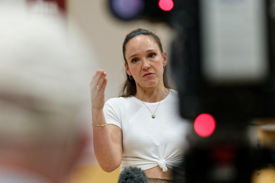 """Carolin Kebekus (41) reagiert die Kritik ihrer Zuschauer mit dem Song """"Bindegewebe, du B*tch""""."""