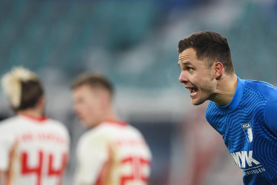 Fühlte sich im Spiel bei RB Leipzig von seiner Vordermannschaft das ein oder andere Mal im Stich gelassen: FC Augsburgs Torhüter Rafal Gikiewicz (r.).