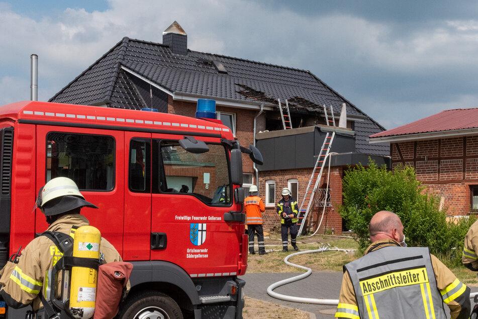 Feuerwehrleute am Einsatzort. Die drei Bewohner blieben wohl glücklicherweise unverletzt.