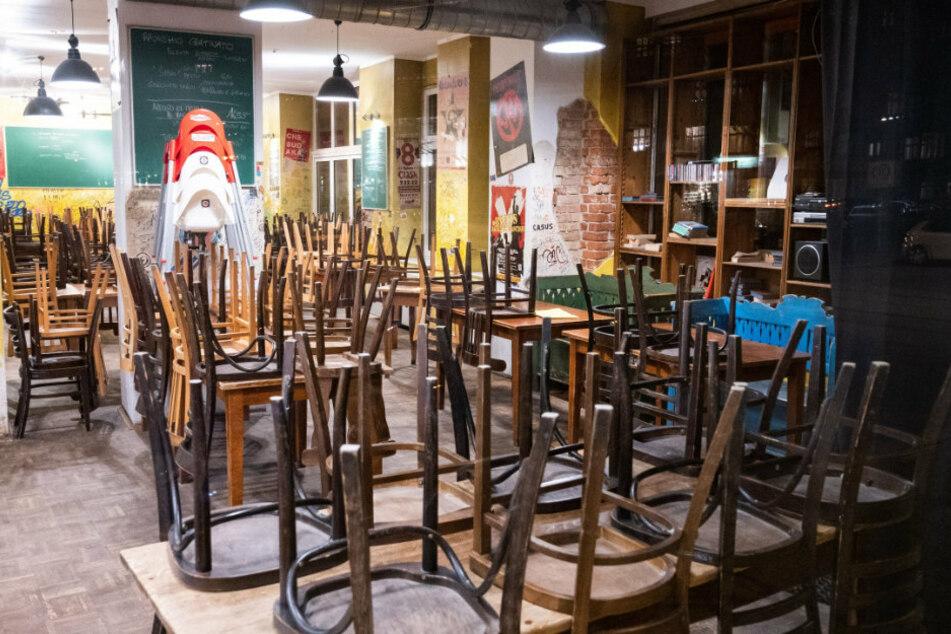 In einem geschlossenen Restaurant sind um 20 Uhr die Stühle umgedreht auf den Tischen.