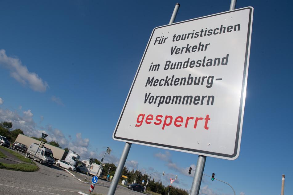 """Ein Schild mit dem Schriftzug """"Für touristischen Verkehr im Bundesland Mecklenburg-Vorpommern gesperrt"""" steht an der Ausfahrt des Hafen Mukran."""