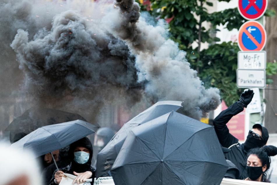 Demonstranten protestieren gegen die geplante Räumung der Szene-Kneipe Syndikat und zünden dabei Rauchpatronen.