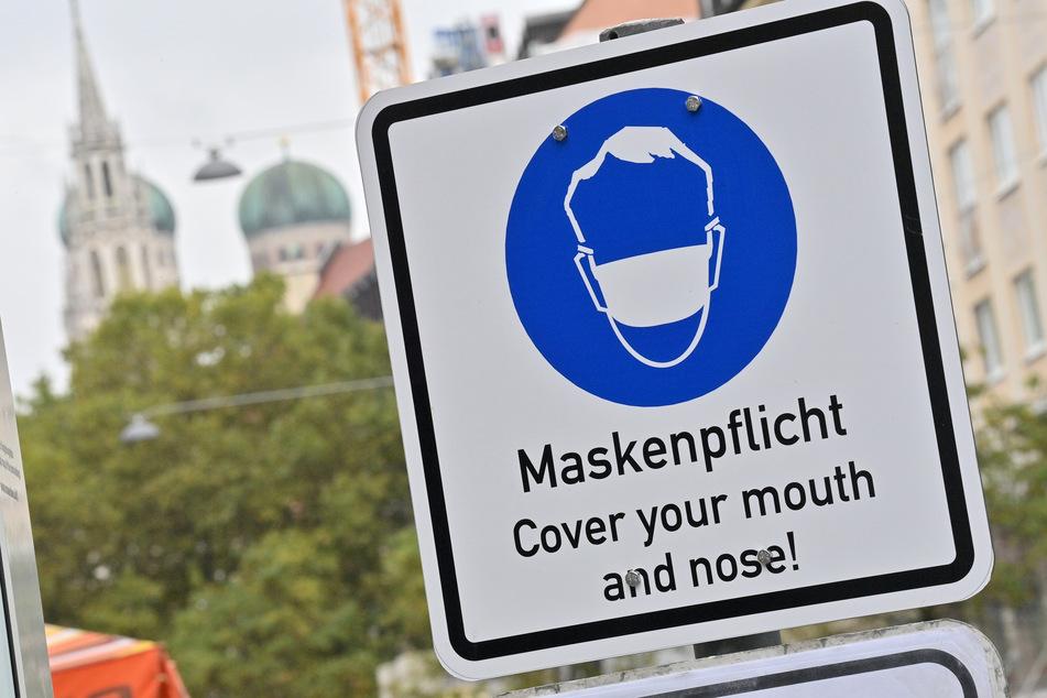 Ein Schild in München, um auf die dort herrschende Maskenpflicht hinzuweisen.