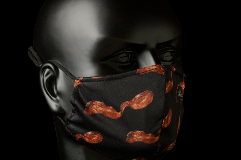 Die Maske ist mit Bacon-Streifen verziert.