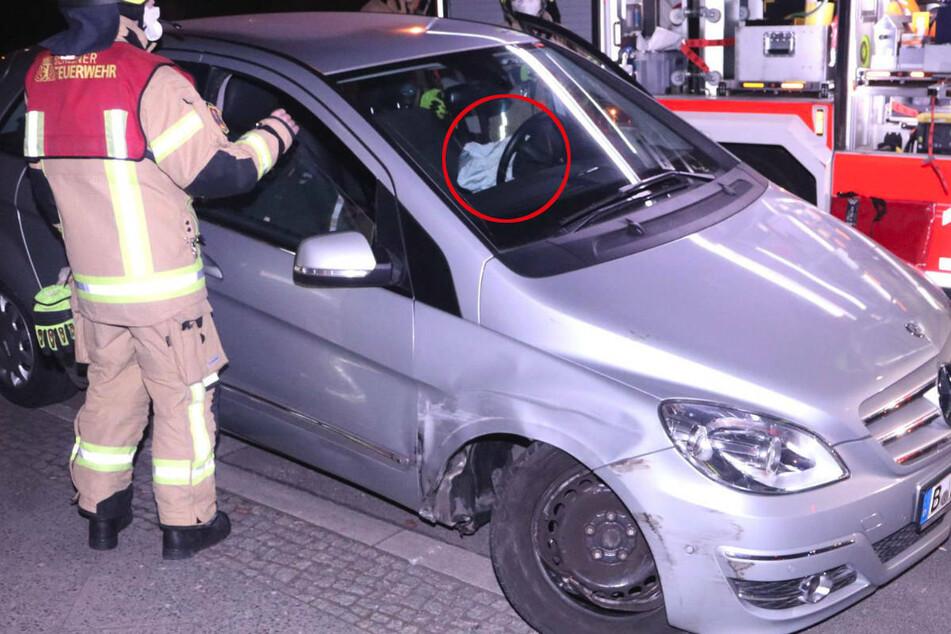 Das Foto zeigt deutlich den ausgelösten Airbag, der den Mercedes-Fahrer aber nicht davon abgehalten hat, seine Fahrt fortzusetzen.